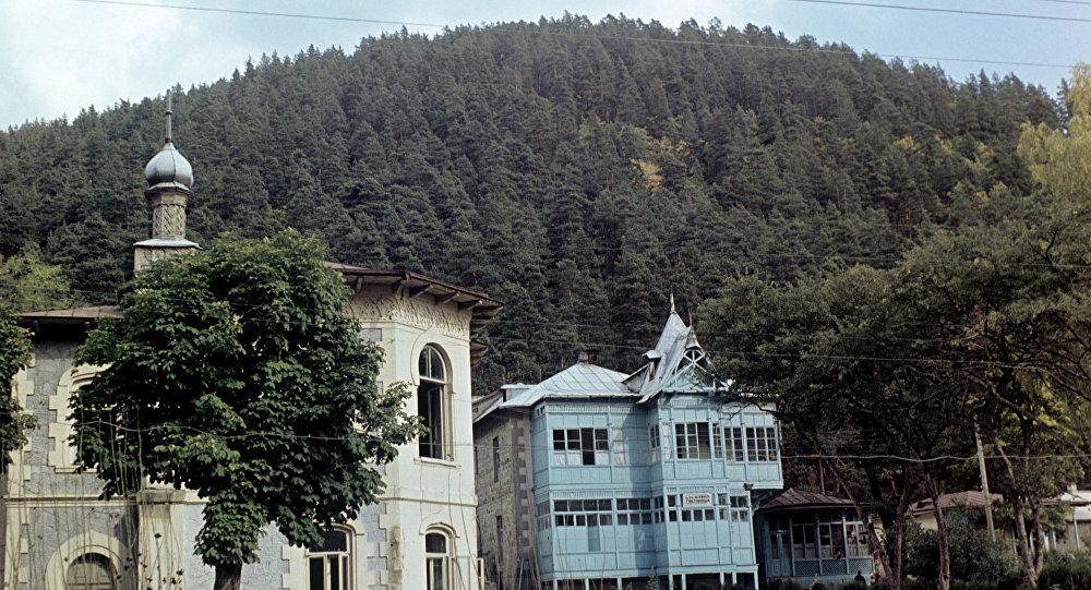 """Photo of ,,აბასთუმანში, ვანო მერაბიშვილის ფეშენებელური სასახლეში, დღემდე ჩადის მამამისი. როგორ აიშენა გაღლეტილმა ვანომ, ცალკე საკითხია"""""""