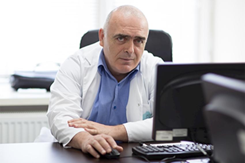"Photo of თეთრი ხალათების აქცია თბილისში_ ,,თავისუფლება ვაჟა ექიმს!"""