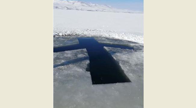 Photo of ნათლისღებისთვის წყალი ფარავნის ტბაზე ძრავიანი ხერხით გაიჭრა