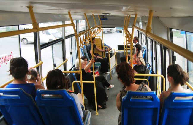 "Photo of ,,ავტობუსებში კონდუქტორები აღარ ივლიან, მგზავრები უკანა კარიდან ავლენ და ჩამოვლენ…"""