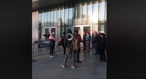 """Photo of ,,ამ ხალხს კოვიდ-19 არ შეხვდება? რატომ არავინ იღებს ხმას?!""""_ რა ხდება იუსტიციის სახლთან (ვიდეო)"""