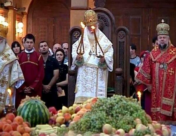 "Photo of ,,ტრადიციის მიხედვით, პირველი ნაყოფი ყურძნისა თუ სხვა ხილის, ღმერთთან უნდა იქნას მიტანილი"""