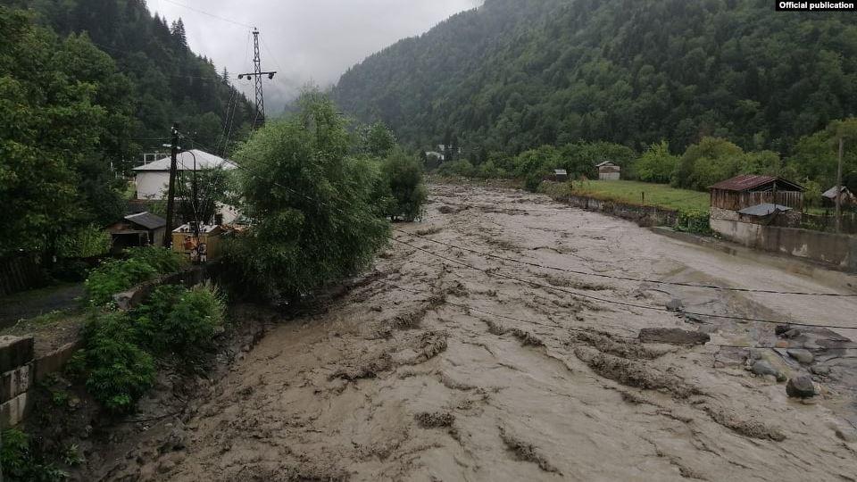 Photo of ლენტეხში კოკისპირულმა წვიმამ ჩაანგრია 3 ხიდი და 5 სოფელი მუნიციპალიტეტს მოწყვიტა